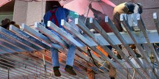 Des travailleurs dans la construction tentent de se protéger des rayons du soleil lors de la vague de chaleur que connaît le sud-ouest des Etats-Unis