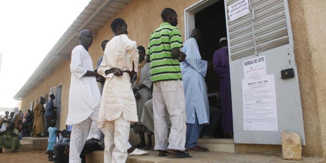 Un bureau de vote à Dakar, au Sénégal, lors des élections législatives du 1er juillet 2012.