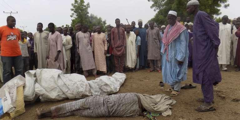 Des villageois se recueillent devant le corps d'une victime de Boko Haram, le 19 juin 2017, près de Maïduguri.