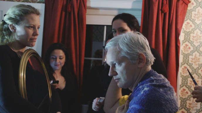 Sarah Harrison, Renata Avila et Julian Assange, dans «Risk», de Laura Poitras.