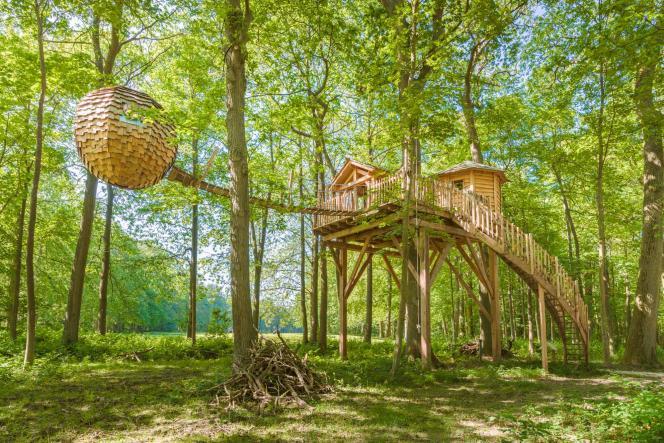 On dort dans un vrai« nid» en bois, relié à la cabane par une passerelle.