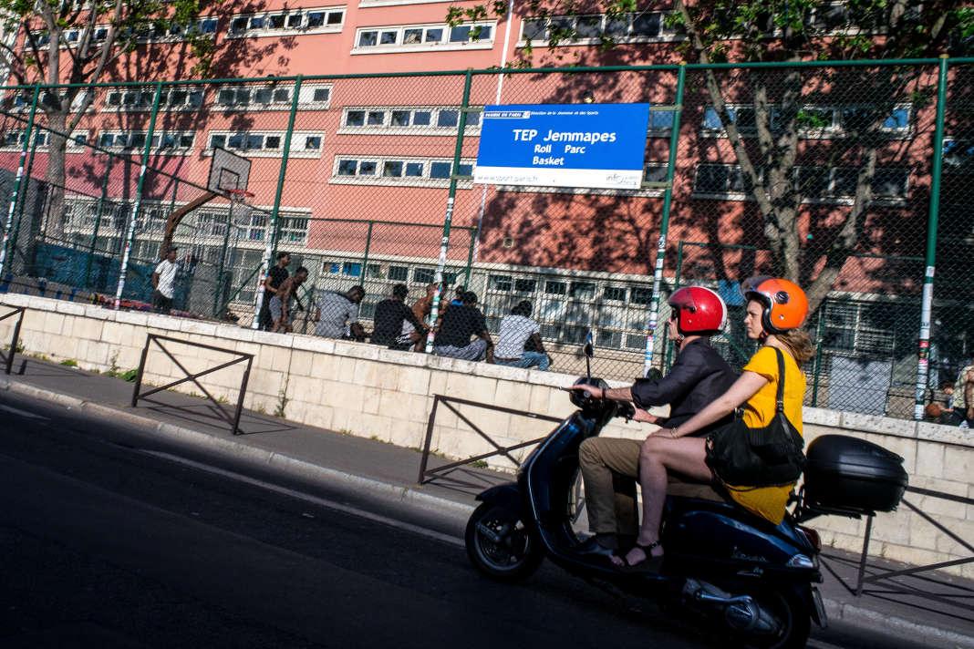 Un terrain de basket parisien fréquenté en grande majorité par des hommes.