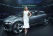 La mannequin Miranda Kerr présente le Jaguar I-PACE Concept, un SUV tout électrique, le 14 novembre 2016 à Los Angeles.