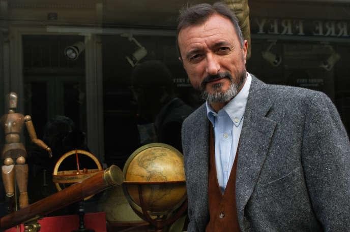 L'écrivain espagnolArturo Pérez-Reverte, en 2004, à Paris.