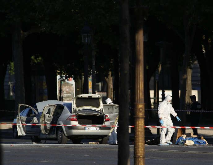 La police sur le lieu de l'attentat, sur lesChamps-Elysées, à Paris, le 19 juin.