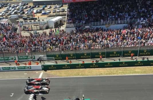 Les deux voitures numéros 37 et 38 de l'écurie Jackie Chan Racing franchissent la ligne d'arrivée ensemble, le 18 juin à 15 heures sur le circuit Bugatti du Mans.