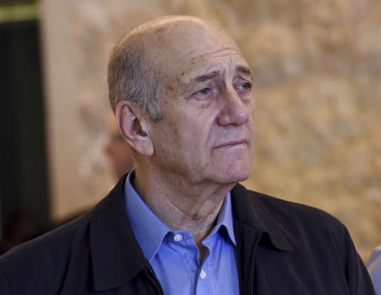 L'ancien premier ministre israélien Ehoud Olmert quitte la salle d'audience de la Cour suprême, le 29 décembre 2015.