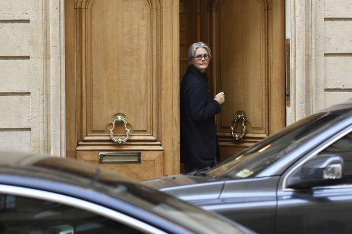 Penelope Fillon, l'épouse de François Fillon, quitte son domicile le 27 mars à Paris.