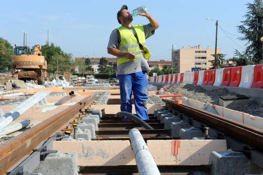 Un ouvrier qui travaille sur le chantier du tramway, entre Toulouse et Blagnac, pendant l'alerte orange à la canicule de l'été 2009.