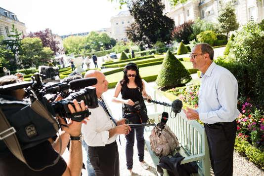 Eric Woerth, réélu député LR de l'Oise l 17 juin, s'adresse à des journalistes dans le jardin des Quatre colonnes, à l'Assemblée, le 19 juin.