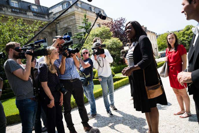 L'avocate d'affaires Laetitia Avia, élue dans la 8e circonscription de Paris, répond aux journalistes devant l'Assemblée nationale, le 19 juin.