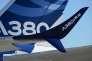 Un exemplaire du super-jumbo d'Airbus, sur le tarmac du Bourget, le 19 juin. Doté de winglets, sortes d'ailettes recourbées placées à l'extrémité des ailes de l'avion, elles permettront de réduire la consommation de kérosène de l'A380.