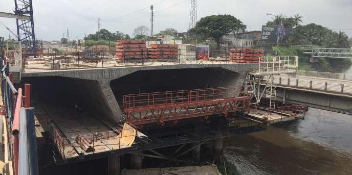 Du haut du nouveau pont ferrovaire (numéro 3), on voit le nouveau pont routier (numéro 2), le vieux pont sur le Wouri (numéro 1) et, en arrière-plan, une conduite d'eau (pont numéro 5).