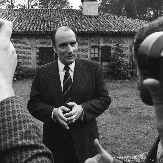 François Mitterrand, premier secrétaire du Parti socialiste, s'adresse aux journalistes dans le parc de sa propriété de Latché, près de Soustons, dans les Landes, le 15 avril 1974.