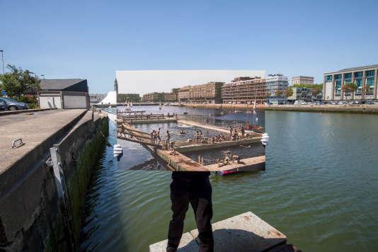 Le bassin du commerce, lieu emblématique du Havre d'Auguste Perret, donne sur la place Gambetta qui accueille depuis 1982 le « Volcan » de l'architecte Oscar Niemeyer.