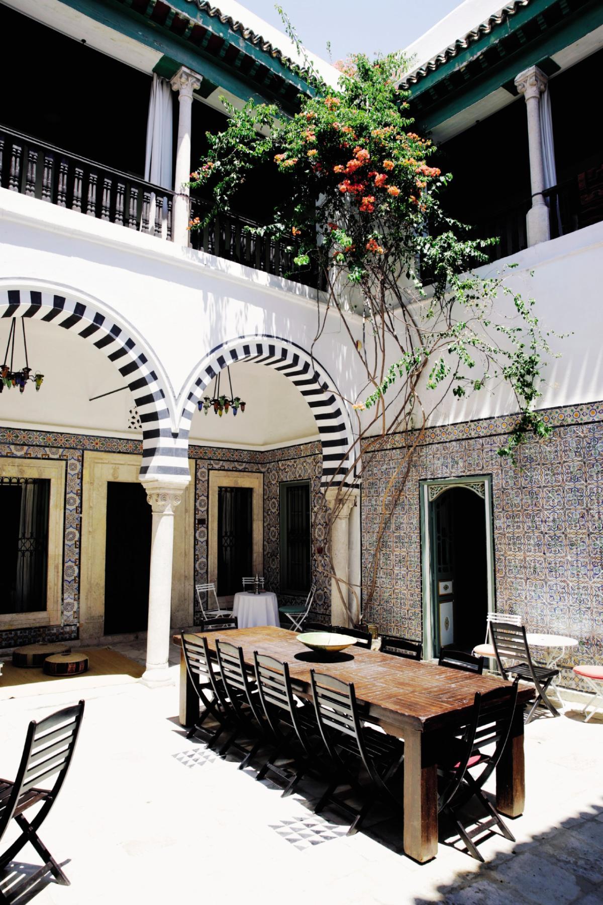 Dans la médina de Tunis,le patio du Dar Ben Gacem, une maison d'hôtes qui date du XVIIe siècle.