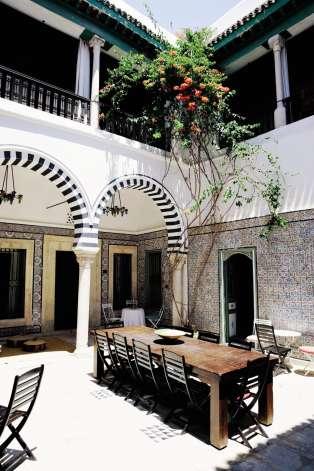 fabulous dans la mdina de tunis le patio du dar ben gacem une maison d with maison du monde. Black Bedroom Furniture Sets. Home Design Ideas