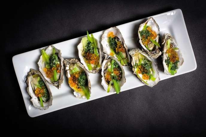 Les huîtres farcies au poireau, œufs de saumon, macis et piment d'Espelette.