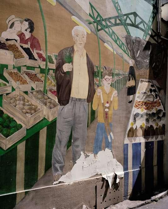 Dans les allées encombrées du marché des Enfants-Rouges dans le Marais, c'est presque une visite sociologique du Paris bobo que touristes et visiteurs viennent chercher. Un peu snob, parfois agaçant, mais surtout enthousiasmant. Ici, une fresque à l'entrée du marché.