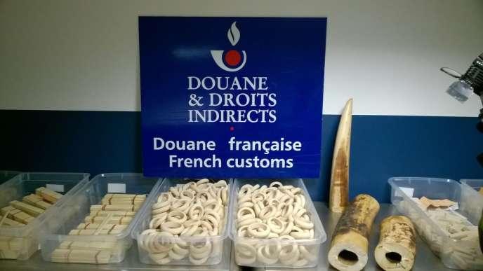 Saisie d'objets en ivoire, en 2015 à Roissy.