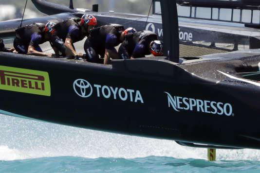Les« cyclistes» du défi néo-zélandais pédalent pour actionner les pompes hydrauliques du bateau, une innovation qui leur a donné un avantage tout au long des régates.