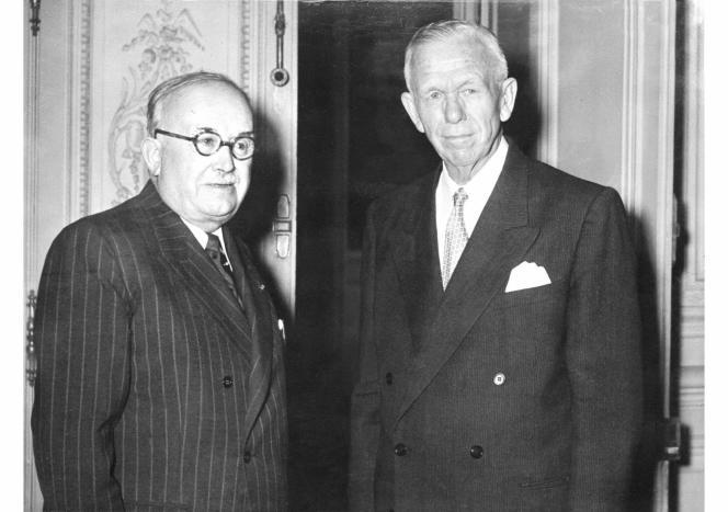 Le président de la République française Vincent Auriol et le secrétaire d'Etat américain George Marshall, le 9 décembre 1953.