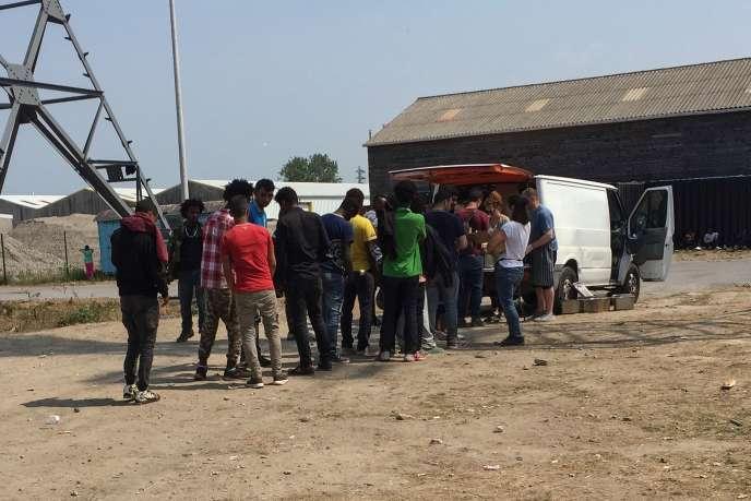 Lors de la distribution des repas, à Calais, mercredi 21 juin.