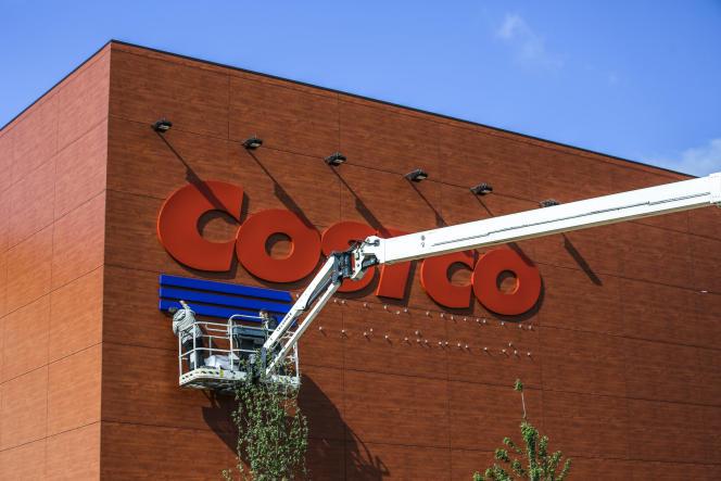 Installation du premier magasin Costco en France, à Villebon-sur-Yvette, dans l'Essonne.