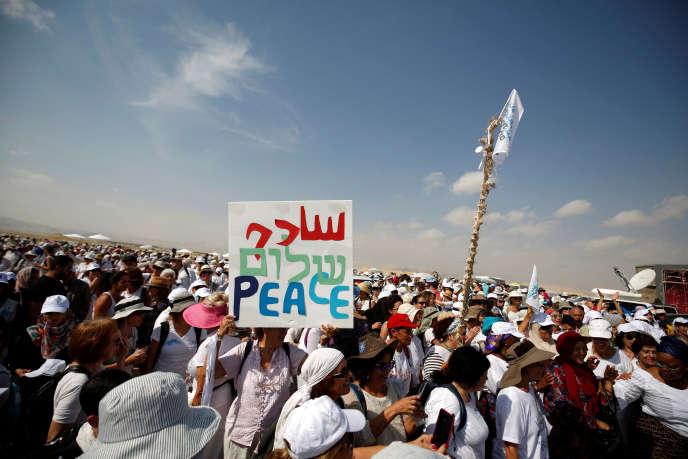 Des Israéliens et des Palestiniens, participent à une manifestation en faveur de la paix près de la ville de Jéricho, en Cisjordanie, le 19 octobre 2016.