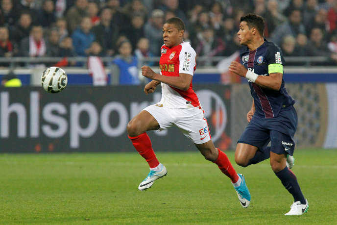 Kylian Mbappe, de l'AS Monaco, et Thiago Silva,du Paris Saint-Germain, lors d'une rencontre au Stade de Lyon.