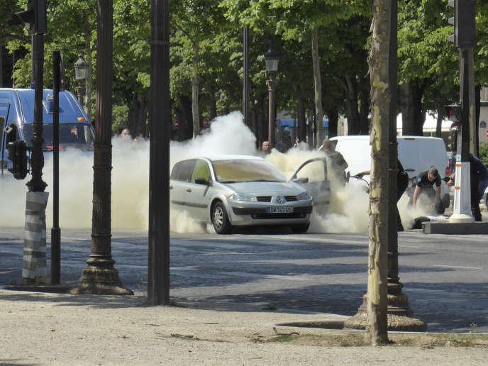 Dans la voiture qui a percuté lundi le véhicule de tête d'un convoi de gendarmes mobiles, sans faire de victime, les enquêteurs ont notamment retrouvé des armes, plusieurs milliers de munitions et deux bouteilles de gaz.