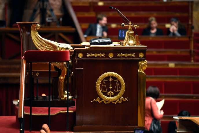 Le fauteuil du président de l'Assemblée nationale. Ce dernier dirige les débats en séance publique et pilote l'organisation du travail parlementaire.