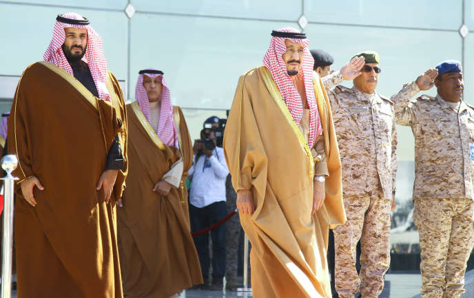 Le prince Mohammed Ben Salman assiste aux côtés de son père, le roi Salman, à une cérémonie à Riyad, le 25 janvier.