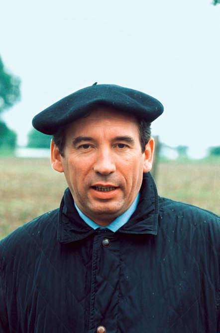 Malgré le luxe et la volupté de sa nouvelle vie, François Bayrou n'a pas oublié ses racines. Ni le goût des choses simples. De passage dans le Béarn, le ministre de l'éducation arbore fièrement le béret inventé au Moyen Âge par les bergers du coin pour se protéger des intempéries. Car notre homme sent bien que le temps se gâte. En son palais, Jacques Chirac vient d'avoir un éclair de génie : la dissolution!