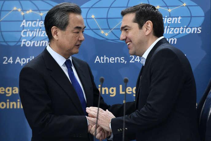Le ministre des affaires étrangères chinois, Wang Yi, et le premier ministre grec, Alexis Tsipras, à Athènes, le 24avril.