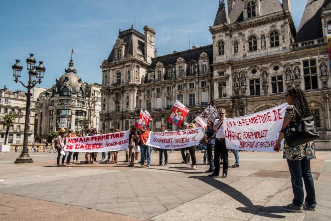 Les salariés de l'agence sur le parvis de l'Hôtel de Ville de Paris, le 13 juin 2017.