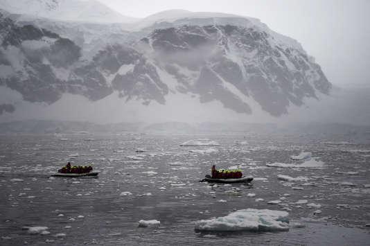Des touristes traversent la péninsule de l'Antarctique de l'Ouest le 3 mars 2016.