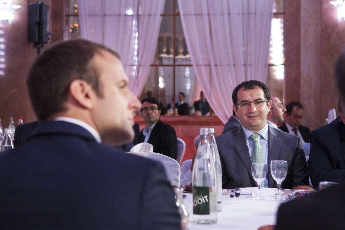 Emmanuel Macron et Ahmet Ogras lors du dîner de rupture du jeûne du ramadan organisé par le CFCM au salon Hoche (Paris), le 20 juin.