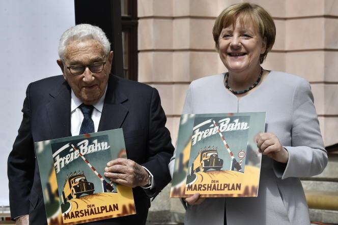 Henri Kissinger, ancien secrétaire d'Etatdes Etats-Unis (de 1973 à 1977), prix Nobel de la paix (1973),et Angela Merkel,chancelière allemande, le 21 juin, à Berlin.