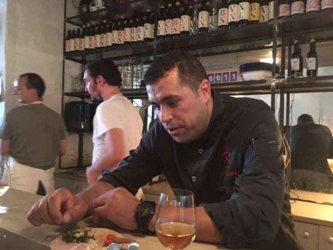 Mohamad Elkhaldy a pris les rênes du Clamato, un restaurant de la rue Charonne, dans le 11e arrondissement de Paris, mardi 20 juin.