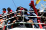 Des migrants sur un bateau en mer Méditerranée.