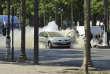 La voiture en feu de l'assaillant Adam Djaziri, après l'attentat du 19 juin sur les Champs-Elysées, à Paris.