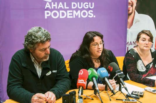 Elvira García Díaz (au centre), au siège basque de Podemos, à Vitoria-Gasteiz, en décembre 2015, avant sa démission forcée.