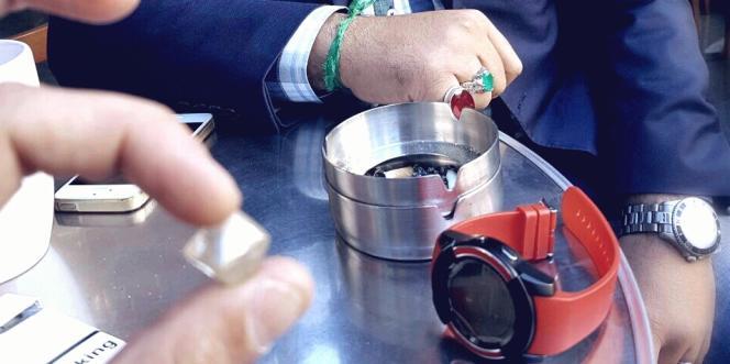 Une vente supposée de diamants centrafricains par un trafiquant rencontré en ligne via les réseaux sociaux.