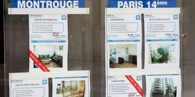 Une agent immobilière affiche une baisse sur les annonces d'appartements et maisons à vendre, le 09 octobre 2008 à Paris. La baisse des taux directeurs décidée le 08 octobre 2008 par sept banques centrales, dont la Banque centrale européenne, n'a pas particulièrement remonté le moral des professionnels. Toute la chaîne du logement est touchée. Les prix de l'ancien ont baissé de 2,9% au troisième trimestre, premier recul significatif depuis 10 ans, a annoncé la Fédération nationale de l'immobilier (Fnaim). AFP PHOTO PATRICK KOVARIK / AFP PHOTO / PATRICK KOVARIK