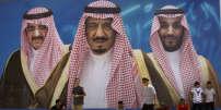 Une affiche représentant le roi d'Arabie saoudite, Salman , entouré de son fils Mohammed Ben Salman (à droite) et du ministre de l'intérieur, le prince Mohammed Ben Nayef, à Taëf le 4 avril.