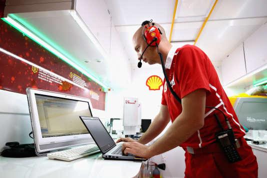 Montréal, le 11 juin, lors du Grand Prix du Canada. Le responsable du développement des carburants Shell F1 pour Ferrari, Benoît Poulet, concentré.