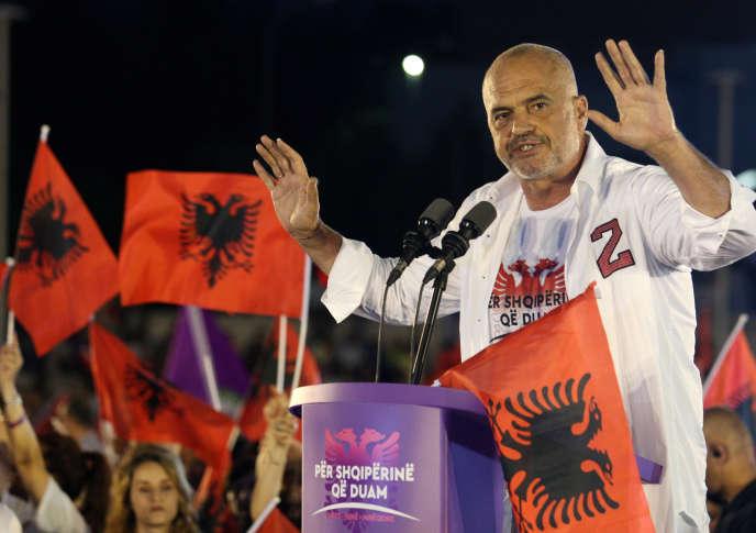 Le premier ministre et chef du parti socialiste d'Albanie, Edi Rama, prononce un discours lors d'un meeting à Tirana, la capitale, le 22 juin.