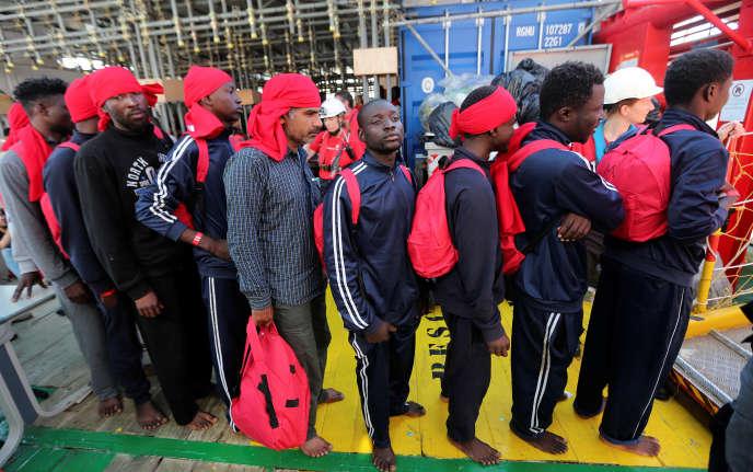 Des migrants, recueillis par l'associaition Save the Children, dans le port de Crotone (Italie), le 21 juin.