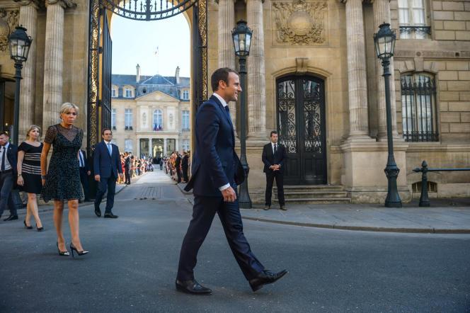 Le président Emmanuel Macron et son épouse Brigitte arrivent au palais de l'Elysée, le 21 juin.